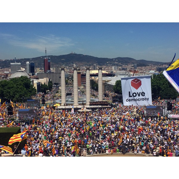 montjuic barcelona referendum love democracy 2017