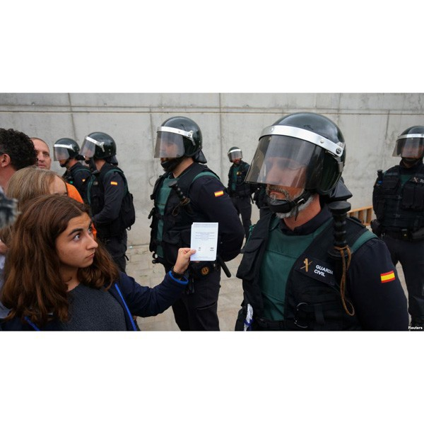 policia guardia civil papereta referendum 1 octubre 2017 independencia catalunya